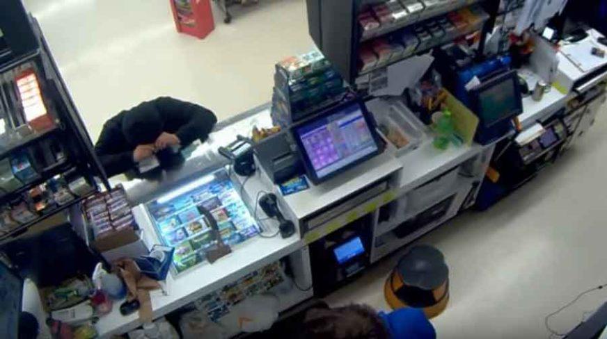 KAKAV PREOKRET Pokušao opljačkati prodavnicu pa završio na koljenima MOLEĆI ZA OPROŠTAJ (VIDEO)