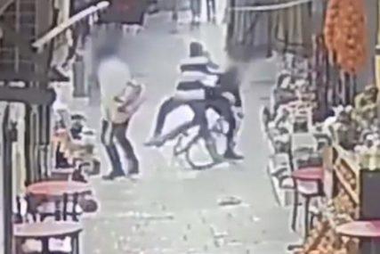 STRAVIČAN SNIMAK TERORISTIČKOG NAPADA Nasred ulice izbo 16-godišnjaka (VIDEO)