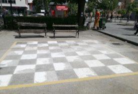 Na radost ljubitelja šaha: Slikar obnovio boje na šahovskoj tabli u Boriku (FOTO)