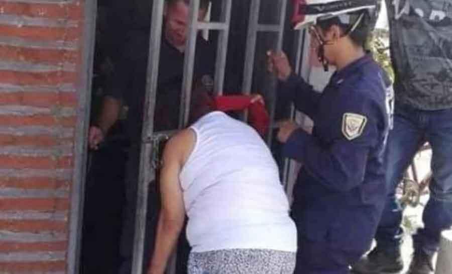 RADOZNALA, ALI I NESPRETNA Špijunirala komšije pa joj se glava zaglavila u ogradi (FOTO)