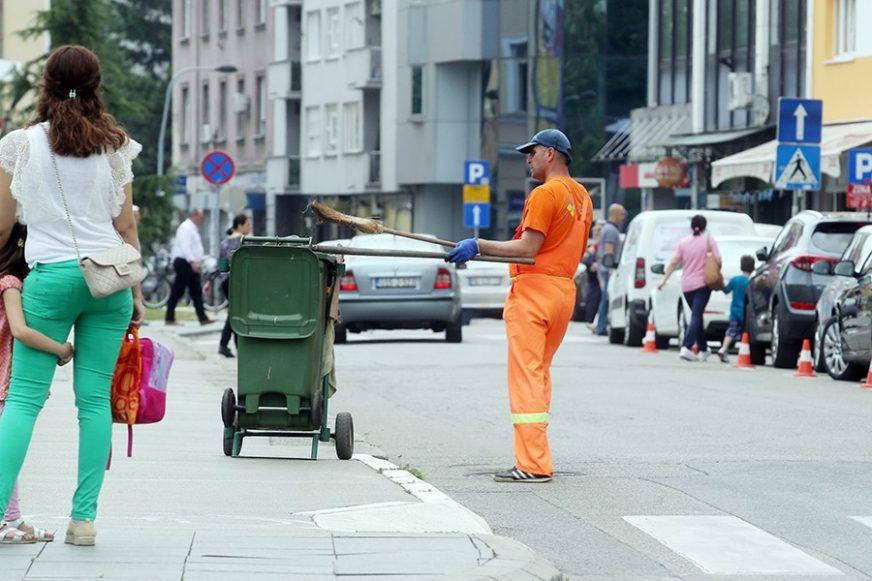 Nisu mogli da se odvoje: Zaljubljeni par iz Gradske čistoće postao hit na društvenim mrežama (FOTO)