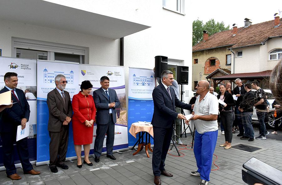 Osam porodica povratnika i raseljenih lica dobilo ključeve novih stanova u Brčkom