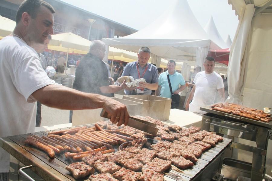 NE TREBA NOVČANIK, SVE DŽABAKA Za delegate i goste Sabora SNSD 300 kilograma roštilja (FOTO)