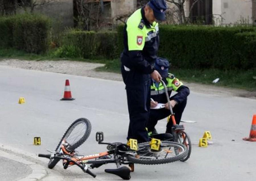 BICIKLOM IZLETJELA NA PUT Kamion udario djevojku, na mjestu ostala MRTVA