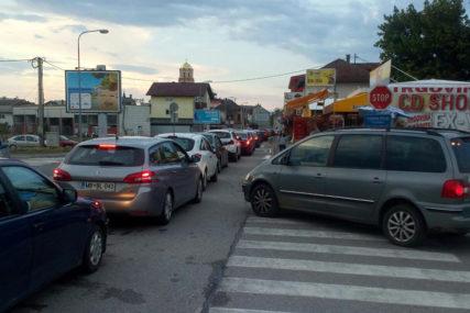 Gužve na graničnim prelazima: Kolone vozila u oba smjera na prelazima Zupci, te Neum jedan i dva