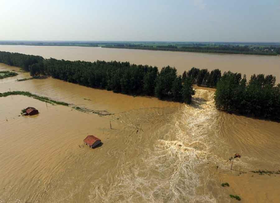 ZA TREN NESTAJU ČITAVI PUTEVI Poplave u Kini odnose LJUDSKE ŽIVOTE i ostavljaju HAOS (VIDEO)