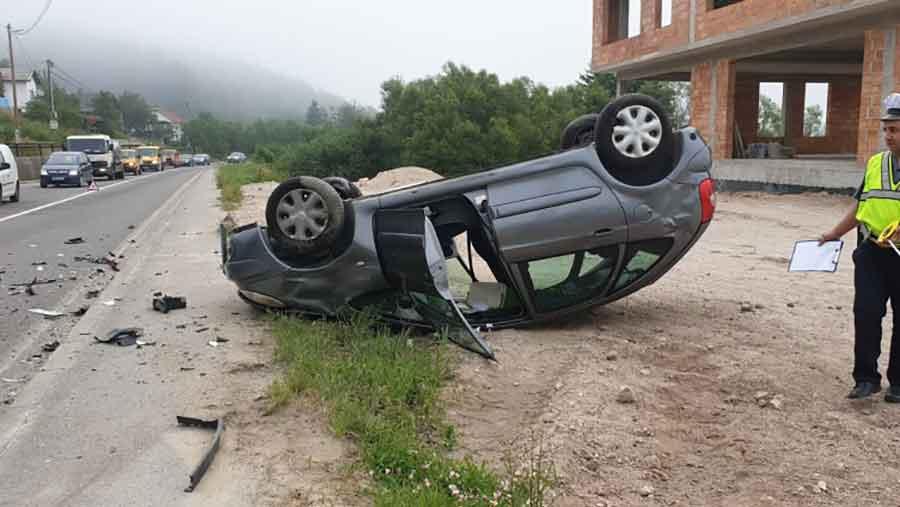 HITNO PREBAČENI U BOLNICU Dvije osobe povrijeđene u sudaru tri vozila