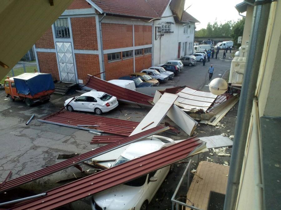 OLUJNO NEVRIJEME U GRADIŠKI Srušen krov i polupani automobili Elektrokrajine (FOTO)