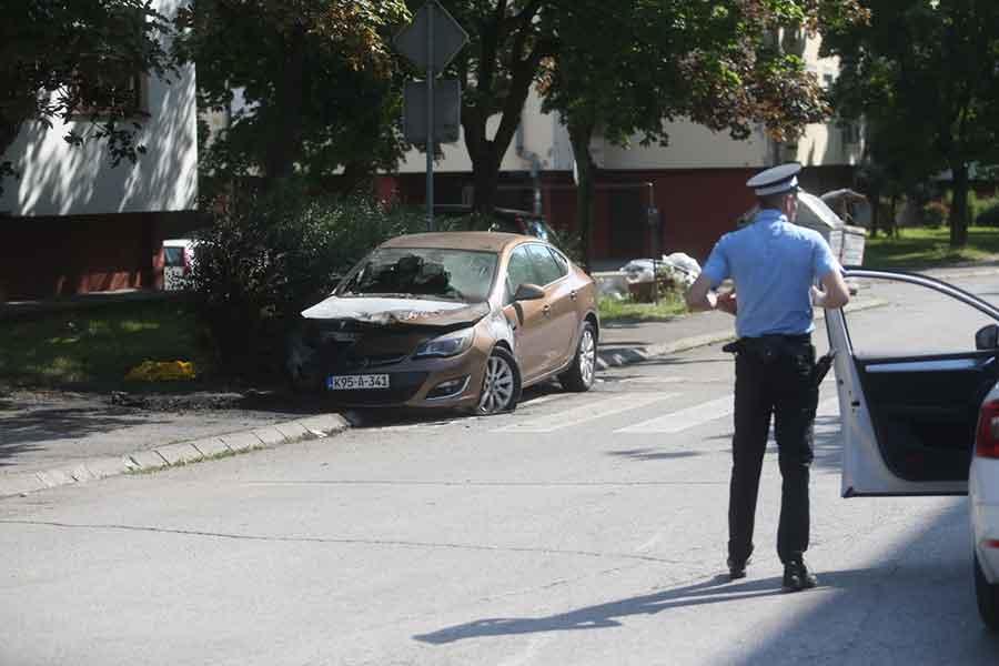 DETONACIJE UZNEMIRILE STANARE Ispred banjalučkog vrtića izgorio automobil (FOTO)