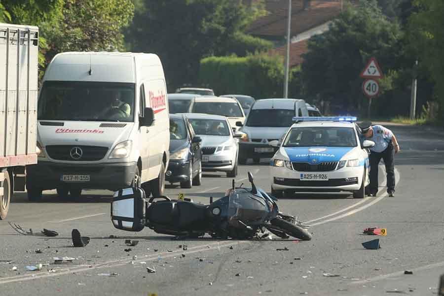 """SAOBRAĆAJKA U BANJALUCI Vozač motora teško povrijeđen, udario u """"pasat"""""""