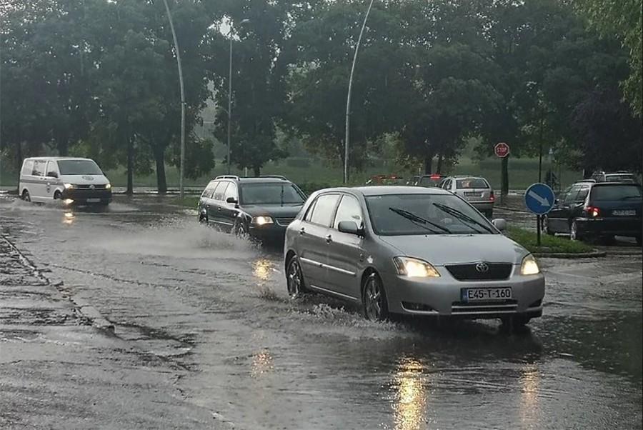 ŠIROM OTVORITE OČI Upozorenje AMS, oštećenja na kolovozu zbog vode nisu dovoljno vidljiva