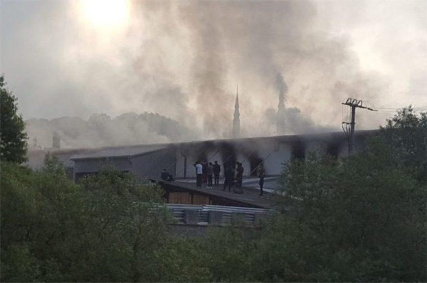 ISKAKALI KROZ PROZORE Veliki požar u prihvatnom centru za migrante u Velikoj Kladuši (VIDEO)