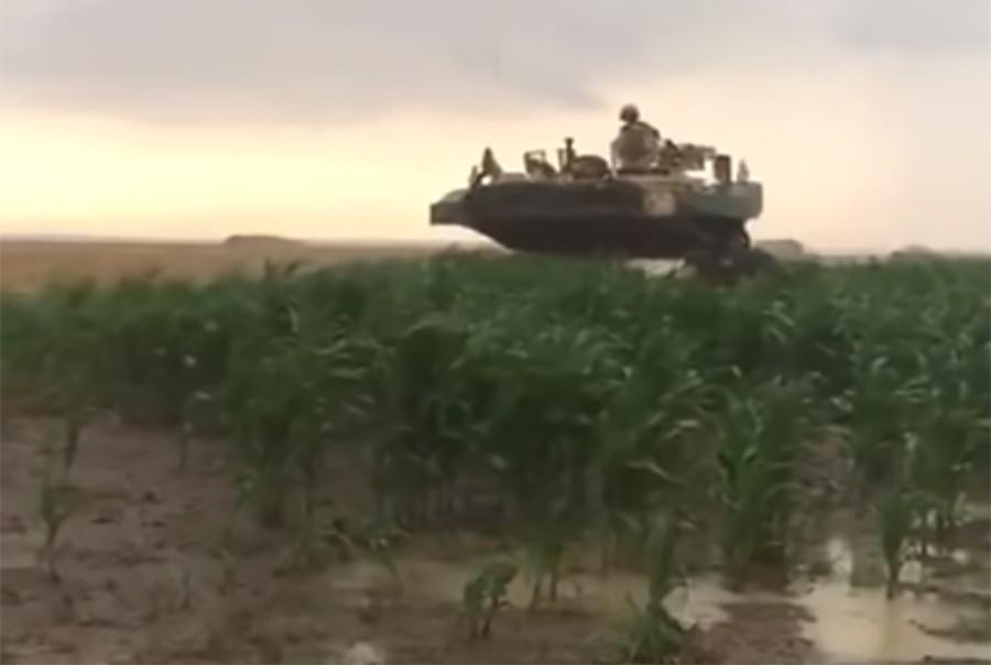 """SMIJE IM SE ČITAV SVIJET Američka vojska """"napala"""" polja pšenice u Rumuniji, farmeri bijesni (VIDEO)"""