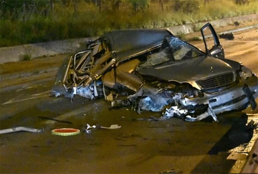 JEZIVE SLIKE SA MJESTA NESREĆE Dvije osobe povrijeđene u teškoj saobraćajci, automobil potpuno uništen