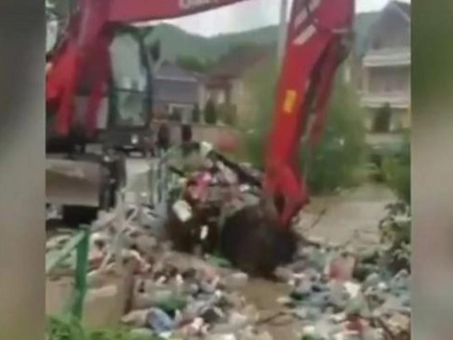 """NIJE NAMA NIKO KRIV, BOGAMI!"" Šokantan snimak iz Novog Pazara nakon poplave (VIDEO)"