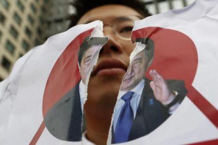 HOROR SCENE Muškarac se spalio ispred ambasade, pronađeno 20 KANISTERA SA BENZINOM (FOTO)