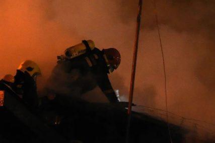 PLANULA DVA AUTOMOBILA Vatra izbila na jednom vozilu, a potom se proširila i na drugo