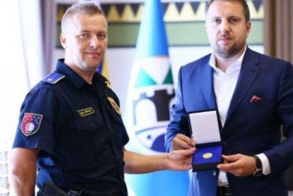 RAZORUŽAO ŽENU KOJA JE RANILA SUPRUGA Zlatnik grada sarajevskom policajcu