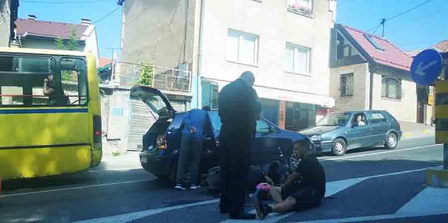SAOBRAĆAJKA U sudaru mopeda i automobila povrijeđeni mladić i djevojka