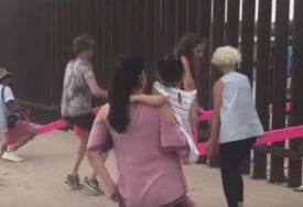 Zid na granici SAD i Meksika PRETVOREN U IGRALIŠTE puno djece sa obje strane (VIDEO)