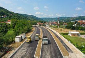 Izgradnja Istočnog tranzita ulazi u završnu fazu: Počelo asfaltiranje saobraćajnice (VIDEO)
