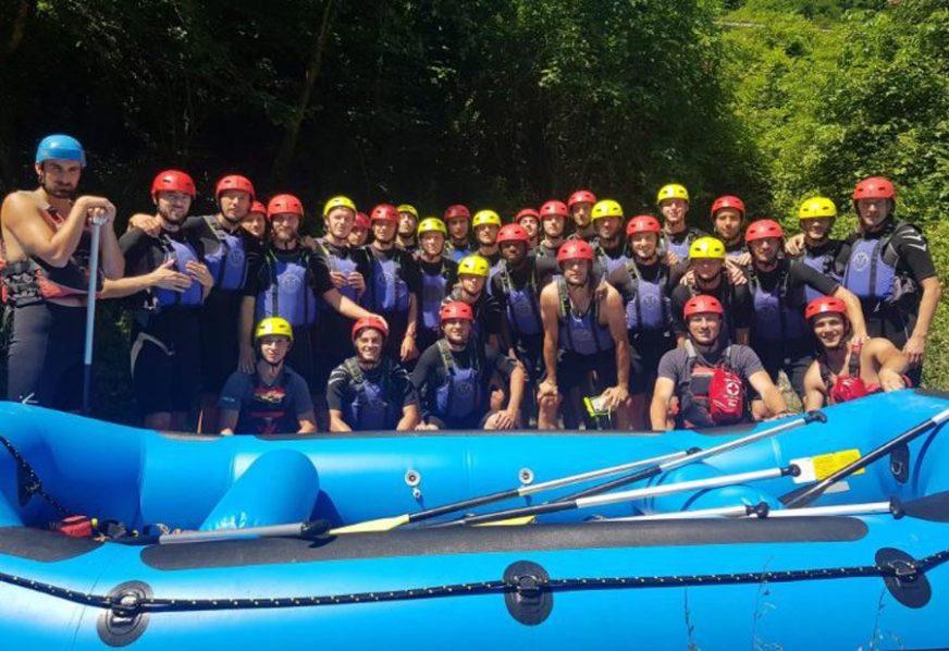 ADRENALIN PRED GENERALNU PROBU Fudbaleri Borca uživali u raftingu na Vrbasu (FOTO)