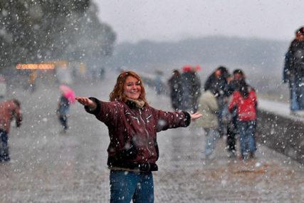 PRAVA MEĆAVA Evropa se topi, a u Argentini SNIJEG ZABIJELIO PLAŽE (VIDEO)