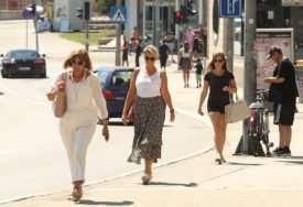 KAKO SE ZAŠTITITI OD VRUĆINE Nositi svijetlu odjeću, piti puno vode i izbjegavati sunce