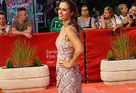 RAME UZ RAME SA BJELOGRLIĆEM Lijepa glumica pojavila se na SFF i svi je ljubomorno KOMENTARIŠU