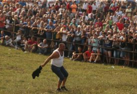 ŠIROKE RUKE I OTVORENOG SRCA Ovaj vlasnik bikova napravio je ŠOU NA MANJAČI (FOTO)