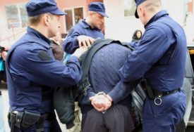 OBRAČUNALA SE S MANIJAKOM Određen pritvor domaru koji je fotografisao DJEVOJČICU U TUŠ KABINI