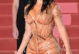 BOLNI PRIZORI Kim pokazala čime OBUZDAVA GRUDI ispod dekoltiranih haljina (FOTO)