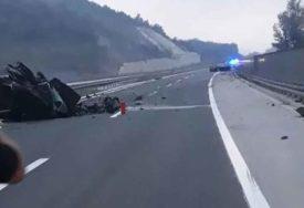 VOZILA SKROZ UNIŠTENA Jeziv prizor sa mjesta nesreće u kojoj su POGINULE DVIJE OSOBE (FOTO)