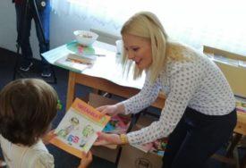 MINISTARKA TRIVIĆ URUČILA POKLONE Udžbenici i knjige na ćirilici za srpsku djecu u Glamoču