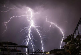 GROM UDRIO U DIMNJAK ZGRADE Snažno olujno nevrijeme pogodilo Sokolac