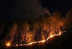 U PLAMENU VISOKA BOROVA ŠUMA Vjetar otežava gašenje požara na Visočici