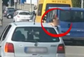 SNIMAK ZGROZIO JAVNOSTMajka vozi auto, dijete SJEDI NA PROZORU (VIDEO)