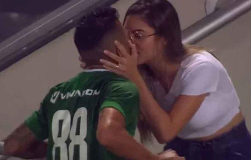SLJEDEĆI PUT ĆE RAZMISLITI Postigao pogodak, otrčao da poljubi suprugu, pa DOŽIVIO ŠOK (VIDEO)