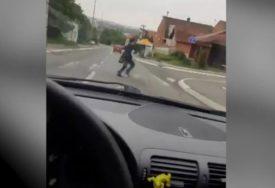 BEZUMNI IZAZOV Vozi 100 na sat i snima kako umalo gazi ženu (VIDEO)