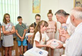 Pomoć za višečlane porodice: Besplatne udžbenike dobilo 76 osnovaca