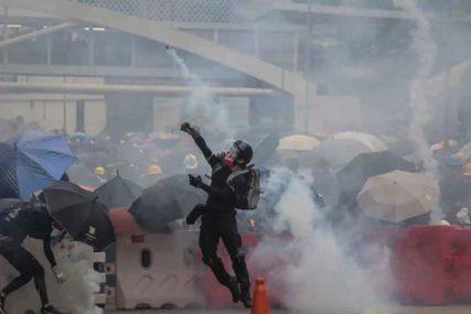 SUKOBI U HONG KONGU Tokom protesta POLICAJAC POGOĐEN STRIJELOM (FOTO, VIDEO)