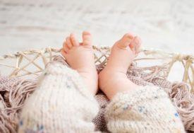 DETALJI ŠOKANTNOG SLUČAJA Policajci napuštenu bebu ugrijali i tako joj SPASLI život