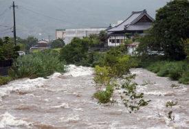 POPLAVE U JAPANU Poginule najmanje tri osobe, evakuisano 850.000