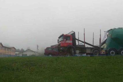 AUTOMOBIL PODLETIO POD KAMION U teškoj nesreći na putu Vitez – Travnik jedna osoba POGINULA