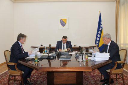 ZA ODRŽAVANJE IZBORA IZDVOJENA 4,2 MILIONA Predsjedništvo BiH usvojilo budžet za 2020. godinu