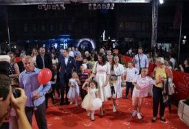 OSJETILI GLAMUR FESTIVALA Bosanskim ćilimom na SFF prošetali mališani s poteškoćama u razvoju
