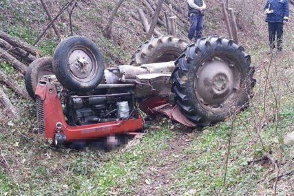 TRAGEDIJA KOD MODRIČE Poginuo nakon prevrtanja traktora
