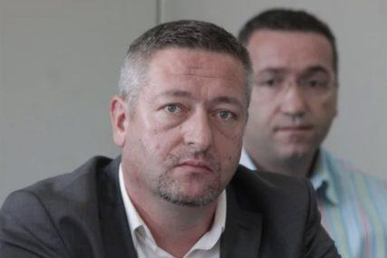 RAZJARENI KOMESAR Sjekirom razlupao automobil ministra, pa pucao