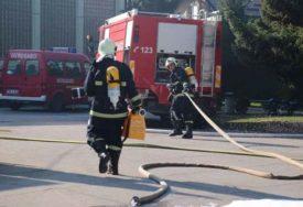 ŠEST EKIPA SE BORILO SA BUKTINJOM Lokalizovan požar u proizvodnoj hali kasarne Rajlovac u Sarajevu