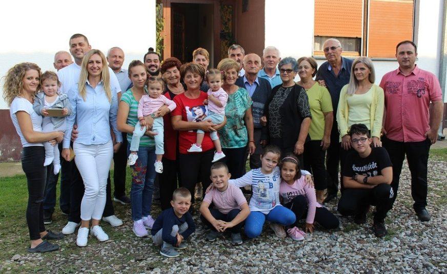 ŠEST DECENIJA ZAJEDNIČKOG ŽIVOTA Bračni jubilej dočekali uz osmoro unučadi i 11 praunučadi